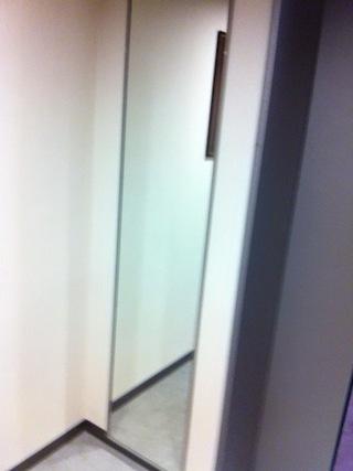 エレベーターホールの姿見