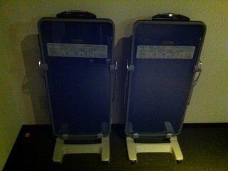 エレベーターホールに置かれたズボンプレッサー