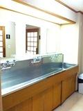 風呂前の共用洗面台
