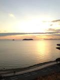 窓から見える三河湾の夕景