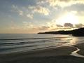 旅館の海岸で入り口すぐ前の海から見た多々戸浜の夕景
