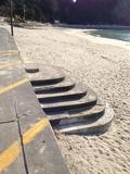 海岸出入口から海岸への階段