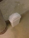 洋風風呂の洗い場のゴミ箱