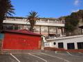 ビーチ前の宿泊者用駐車場と旧館