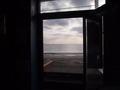 海岸出入り口から海を望む