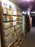 ロビーの廊下に置かれた大量の漫画本