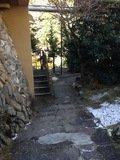 宿から川方面に下りる階段