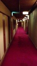 一階ロビーからレストラン方面の廊下