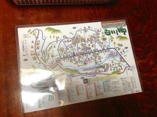 部屋に置かれた白川郷マップ
