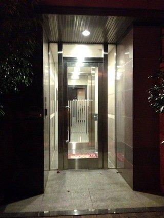 裏口(裏側駐車場からの入り口)