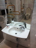一階ロビーのユニバーサルトイレ 洗面所