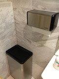 一階ロビーのユニバーサルトイレ ゴミ箱と手ふきペーパー