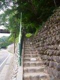 宿のすぐ前から展望台に上がる階段