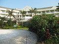 プールからホテルを眺める