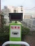 地下駐車場の駐車券発行機と赤外線探知機