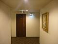 エレベーターホール(右手に絵画)