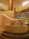 本館2階中央(上のロビー階(3階)に上がる階段前の空間)
