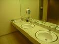 自動水栓のシンプルな洗面所