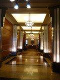 玄関からロビーに至る廊下