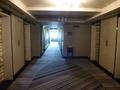 最上階22階のエレベーターホールから廊下を臨む