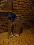 ビニルの傘袋供給装置(成田シティエアターミナル側)