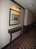 客室フロアの廊下の絵+台(小机)