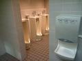 地下1階男子トイレ(小)と手の乾燥機