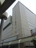 駅前に立つ高いビルがホテル