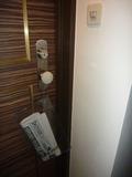 部屋にドアに日経新聞のデリバリー