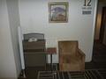 客室階エレベーターホールの待合いソファー