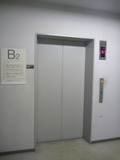 地下駐車場から地上階にあがるためのエレベーター
