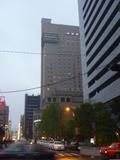 夕暮れのホテルの外観