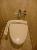 1階ロビー トイレ個室の床、壁は全面大理石