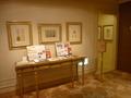 2階の廊下脇の絵、調度家具、パンフレット類