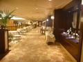 廊下にテーブルと椅子を出して、開放感ある空間での食事ができるレストラン