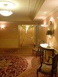 エレベーターホールから客室が左右に並ぶ廊下を臨む