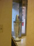 入り口近くにビニル傘の自販機