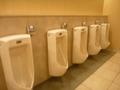 赤外線を使った自動洗浄方式の男子トイレ(小用)