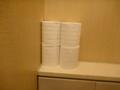 共用トイレの個室の予備ロールは4つずつと潤沢