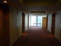 エレベーターは6基、ホールの端は広い窓と飲料自販機