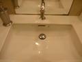 オーバル方ではなくスクエアなトイレの洗面台(珍しい!)