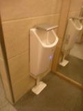 トイレのハンドドライヤーは、滴の受け口が深い