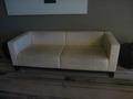 2階宴会場外の待合いソファー