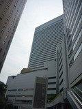 左手の丸ビル(煉瓦色の円筒形のビル)の向かいがヒルトン大阪