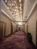 2階大宴会場の前の廊下(シャンデリアが美しい!)