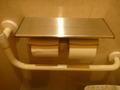 共用トイレ個室のロールはツイン、かつ上に物置台