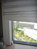 部屋のロールスクリーン越しに眺める外の眺望