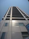 玄関外からビルを見上げる