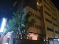 夜のホテル外観です。光る看板が目印