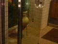 玄関の風防室には土器の置物が